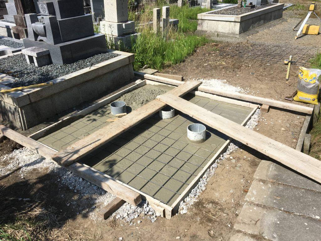 墓石の基礎にコンクリートを打設