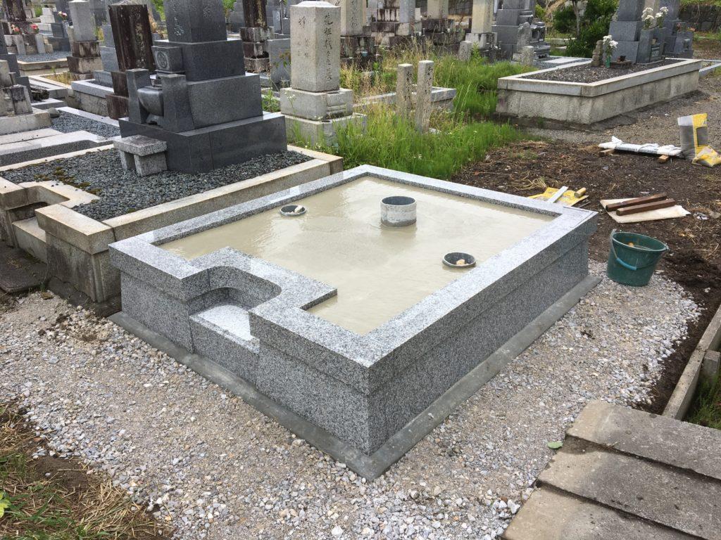墓石が傾かないようにコンクリートを流し込み。