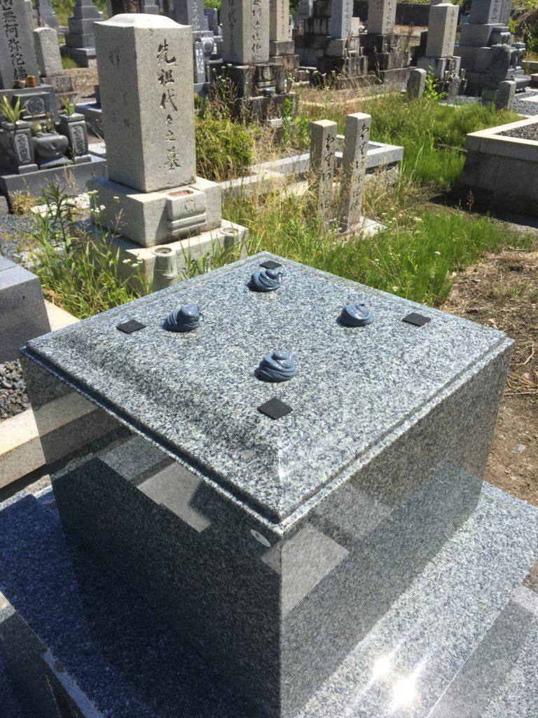 地震で墓石が傾かないように耐震施工を行います